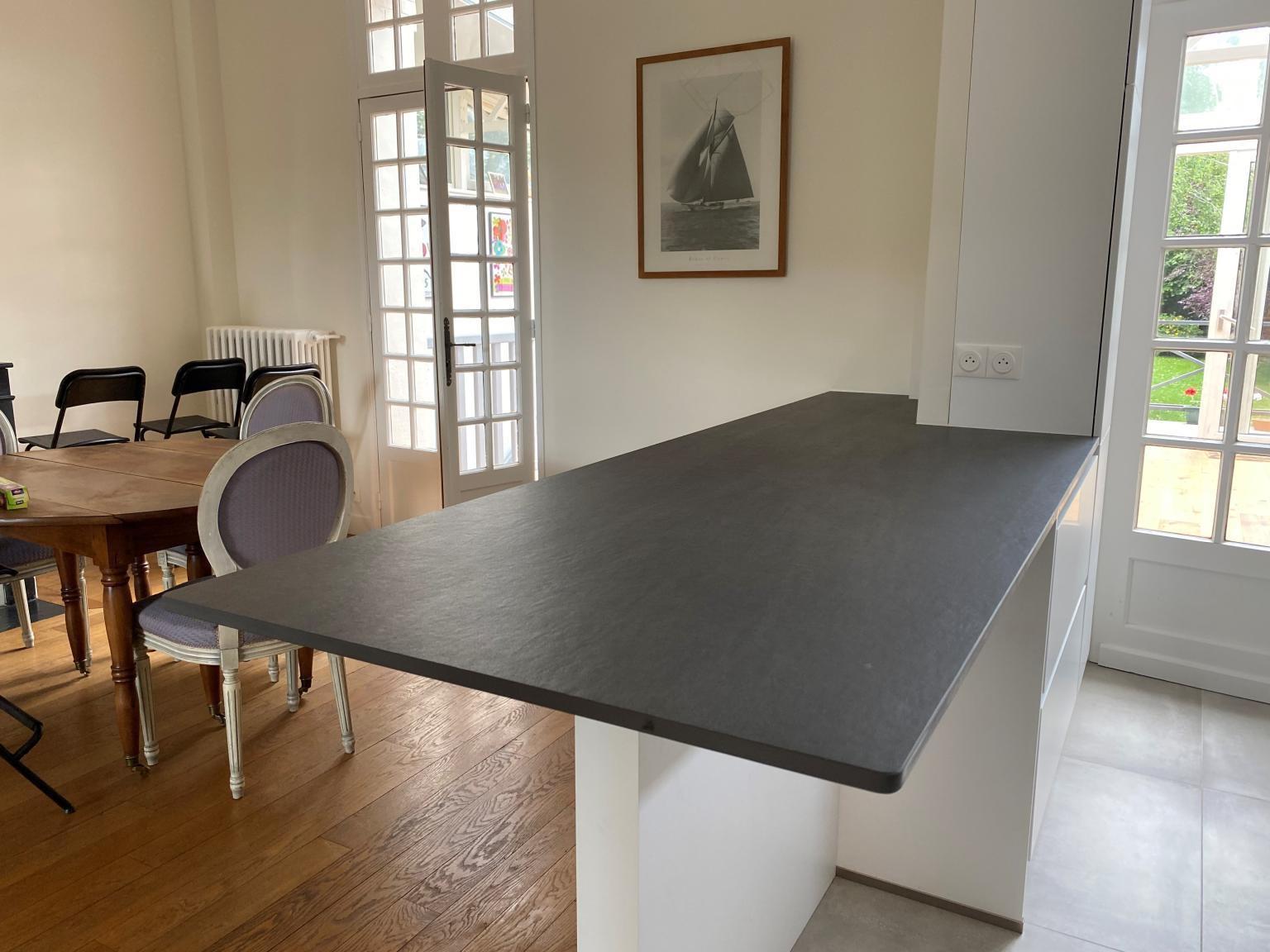 Plan-travail-cuisine-sur-mesure-mange-debout-marbrerie-dekton-STC-Paris