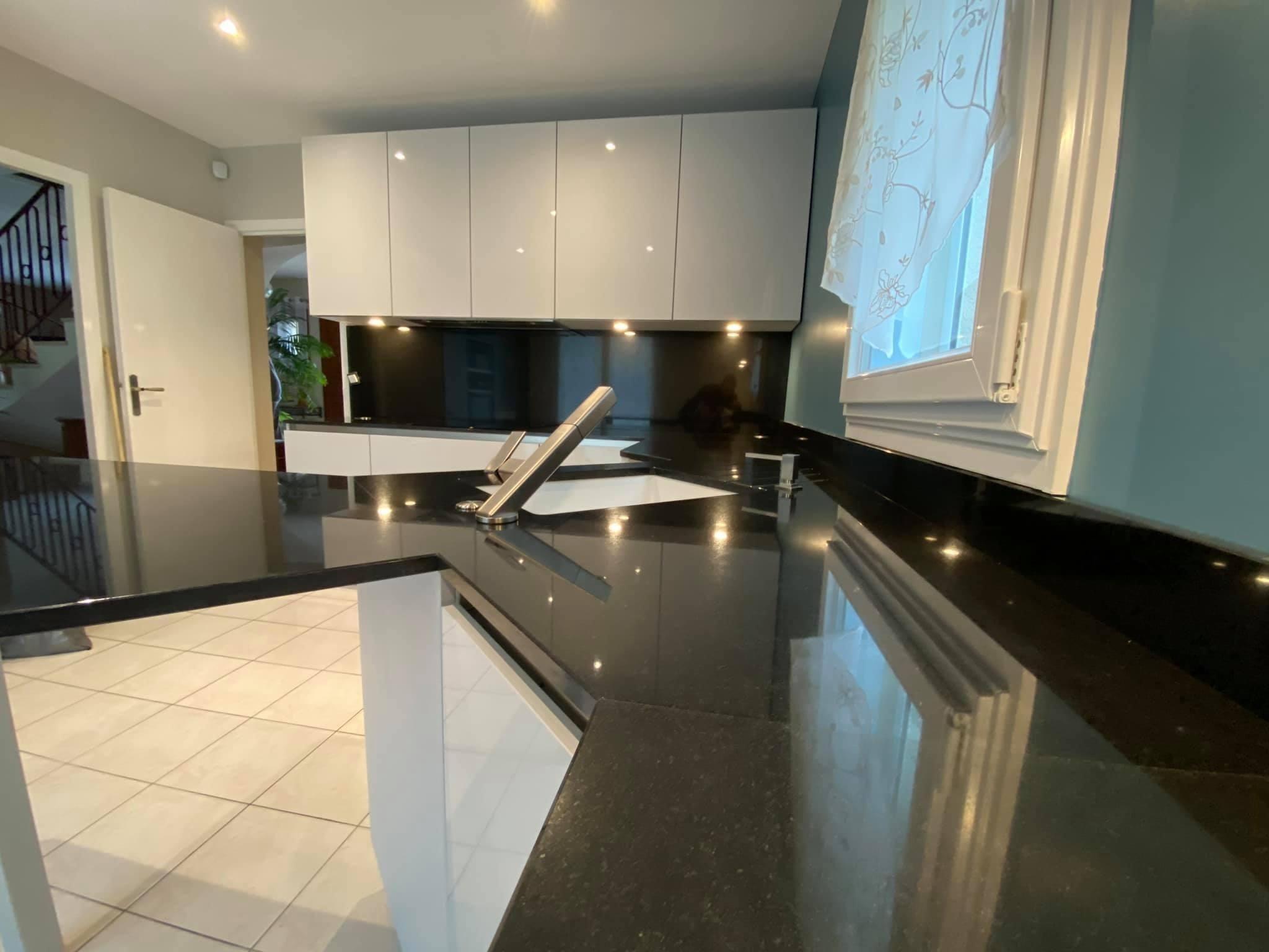 Plan-travail-cuisine-sur-mesure-marbrerie-granit-STC-Paris