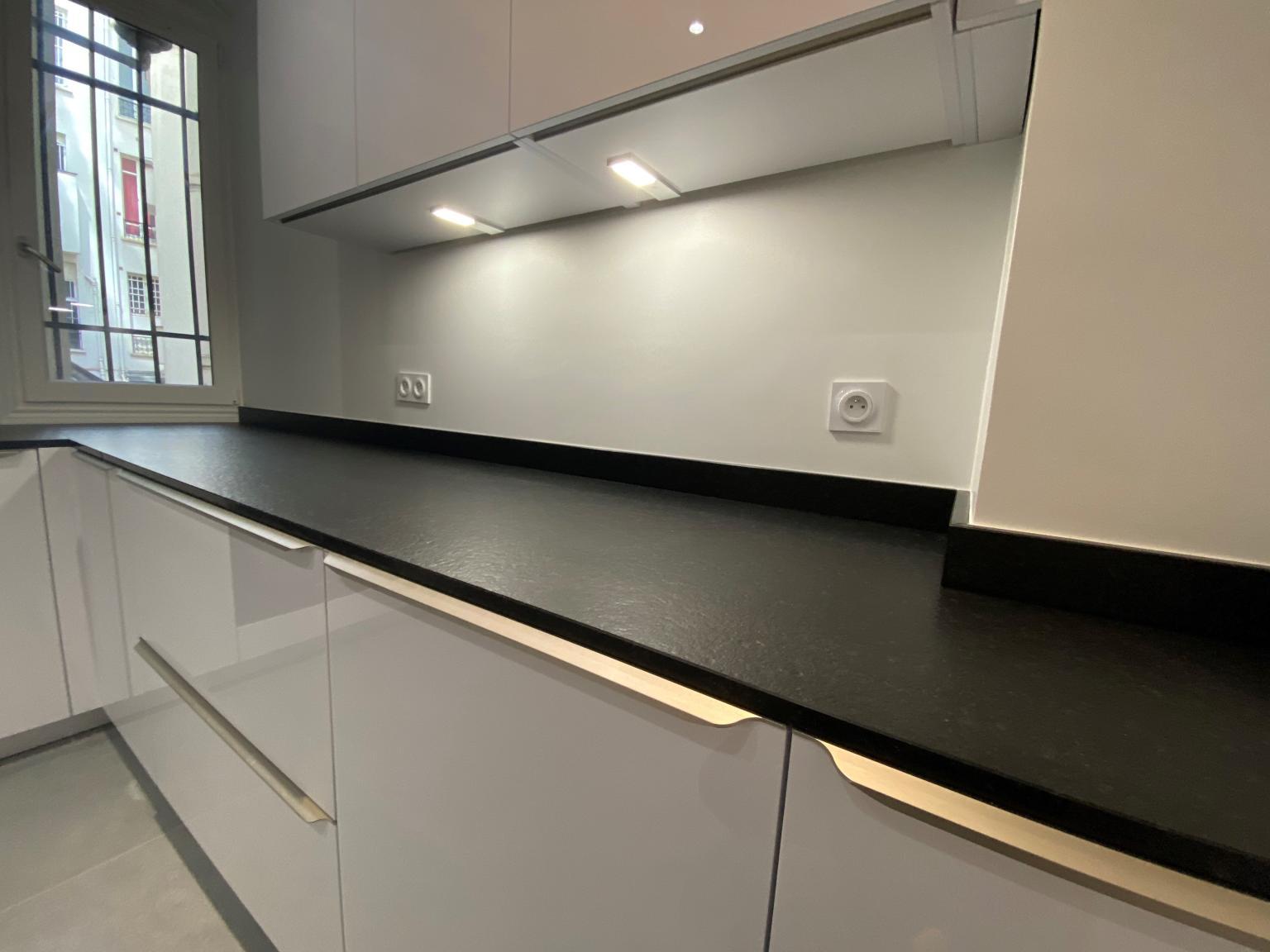 Plan-travail-cuisine-sur-mesure-marbrerie-granit-noir-STC-Paris