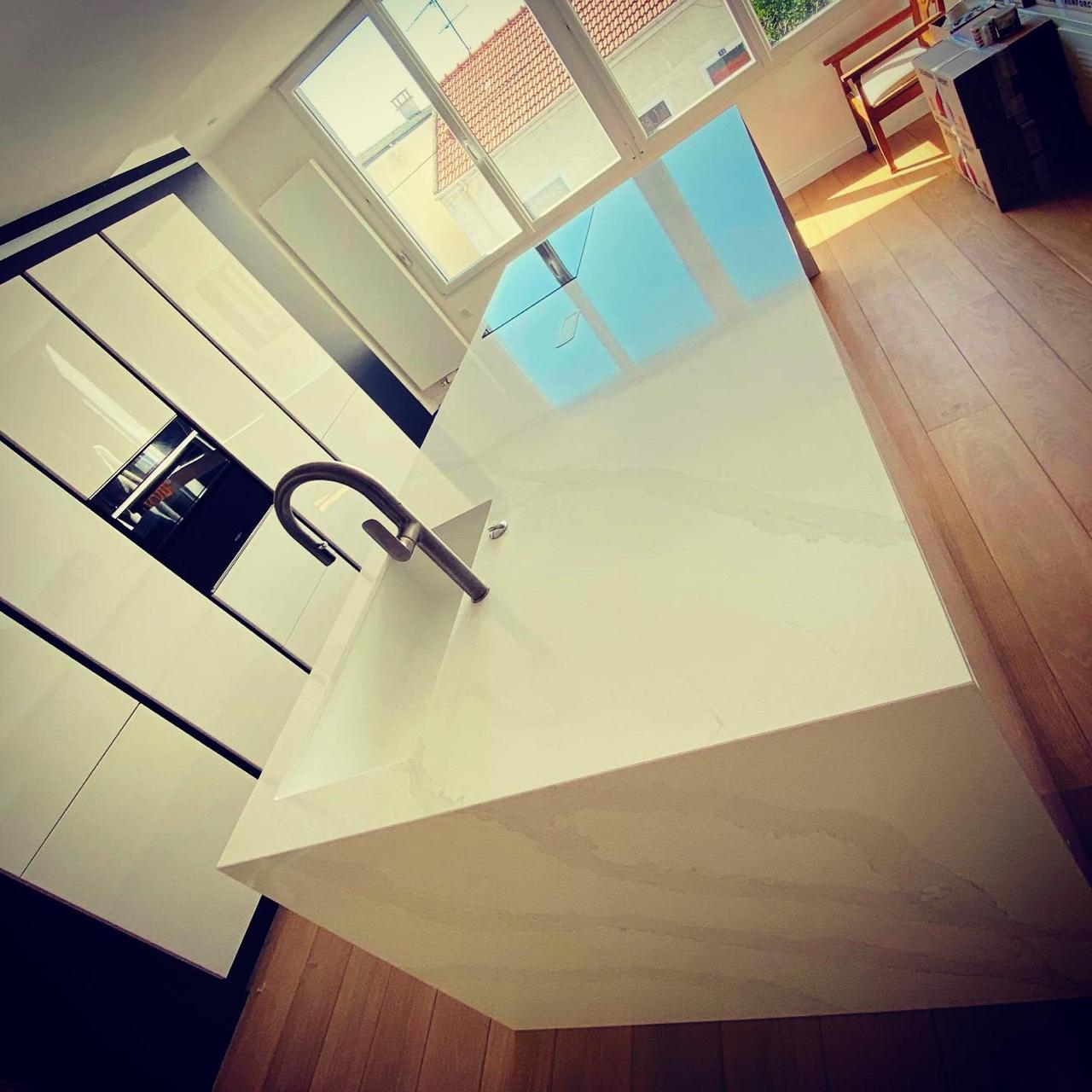 Plan-travail-cuisine-sur-mesure-marbrerie-silestone-STC-Paris