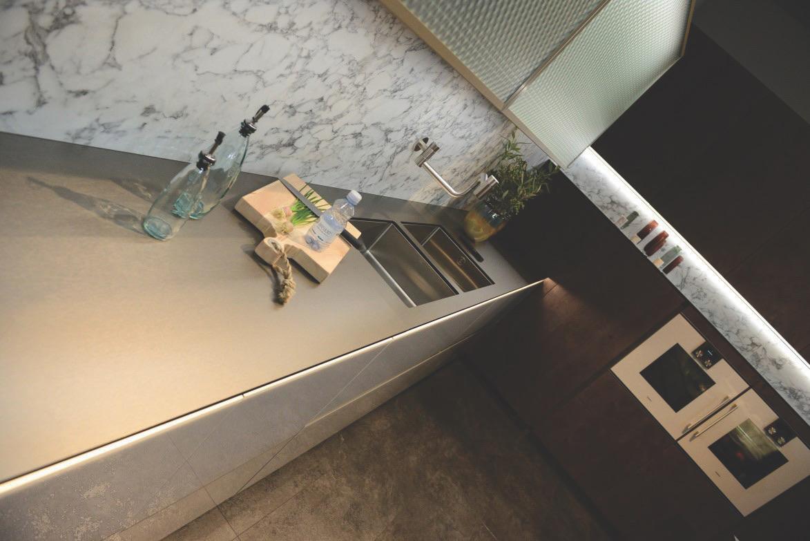 Plan-travail-sur-mesure-cuisine-compact-fenix-steel-inos-STC-Paris