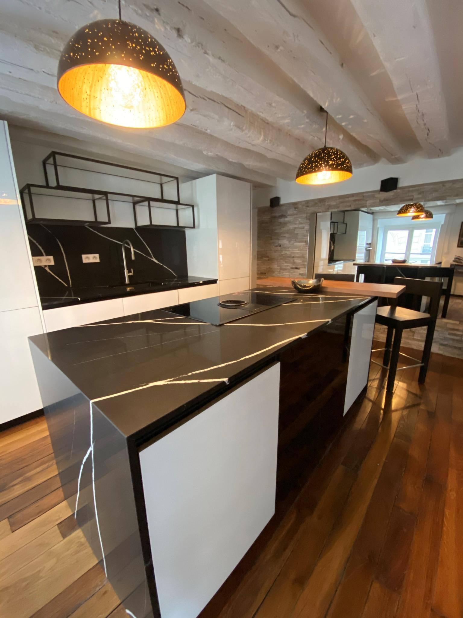 Plan-travail-sur-mesure-marbrerie-noir-silestone-STC-Paris