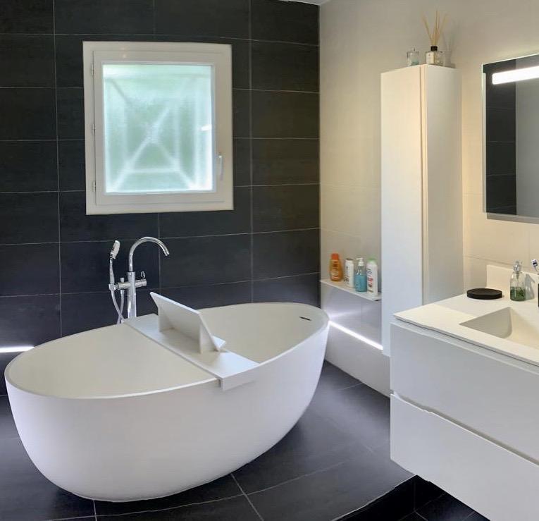 Salle-bain-baignoire-vasque-sur-mesure-synthese-corian-STC-Paris